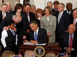 Tổng Thống Hoa Kỳ Barack Obama ký ban hành luật cải cách y tế. Ảnh: Getty