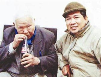TS Luật Cù Huy Hà Vũ bên Nhà thơ Huy Cận, Tết Ất Dậu, năm 2005. Photo courtesy of vietbao.vn