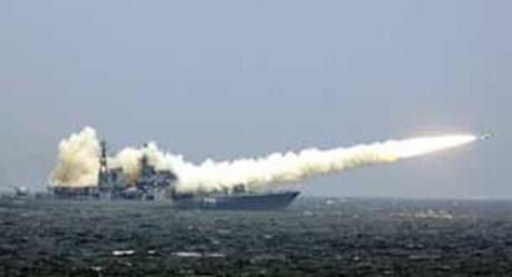 Tàu chiến bắn hỏa tiễn trong cuộc tập trận chung Nga - Trung Quốc hồi tháng 8/2005 tại vùng biển đảo Sơn Đông. AFP PHOTO/Xinhua.
